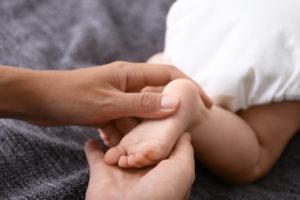 réflexologie cez le nourrisson par Flore et Sens